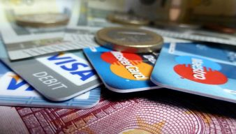 bankové karty a peniaze na kope