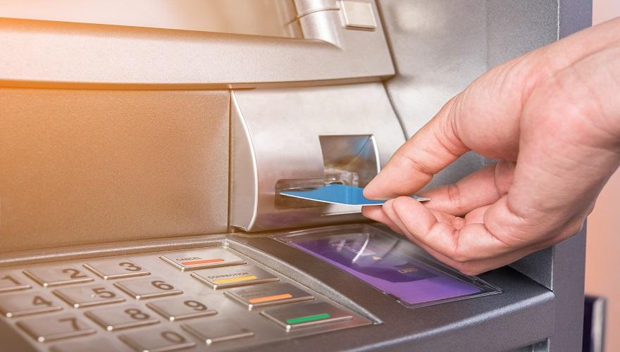 vkladanie kreditnej karty do bankomatu