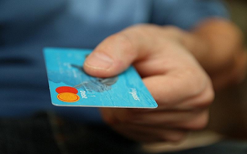 kreditná, debetná karta v ruke