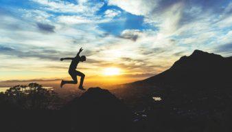 Muž skáčuci na horách