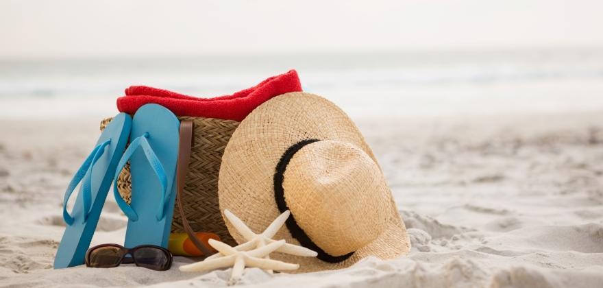 klobúk a žabky na pláži